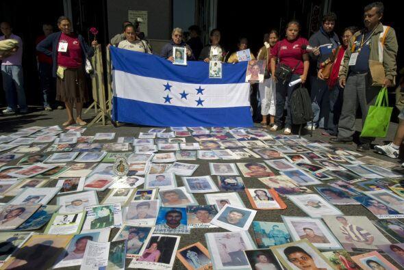 Las madres y familiares de los migrantes oraron en el tempo de la virgen...