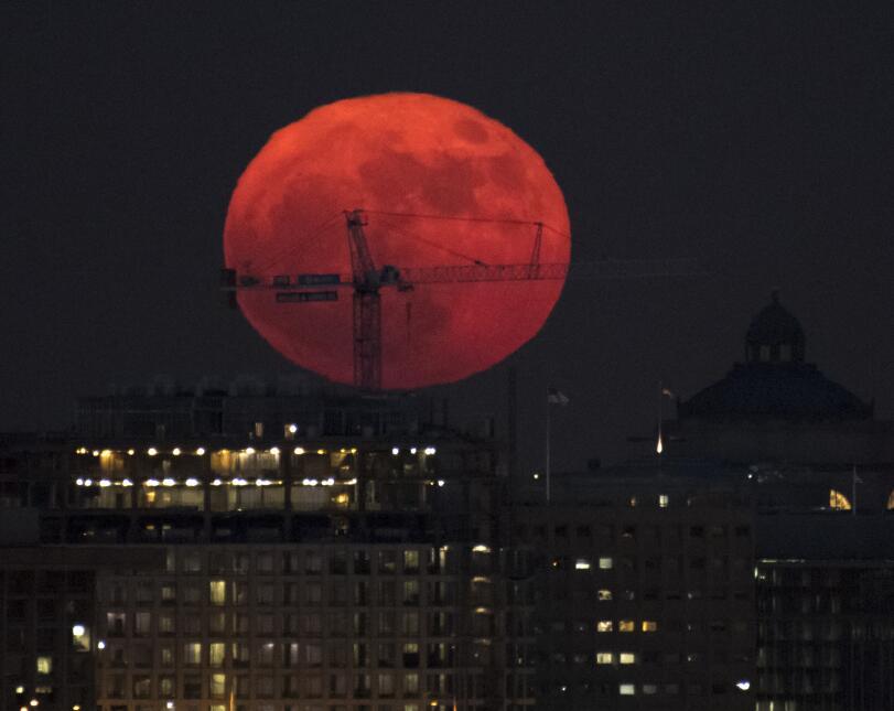 Otra vista impresionante de la 'Superluna', de color rojo, capta...