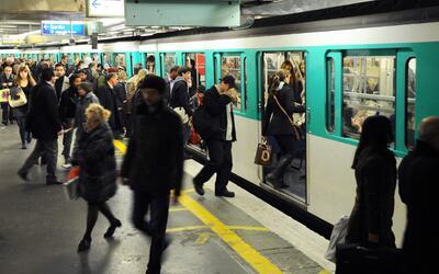El metro parisino es uno de los más extensos del mundo, desincent...