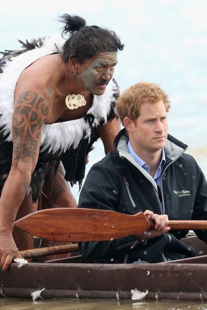 Harry fue invitado a una de las canoas, la waka.