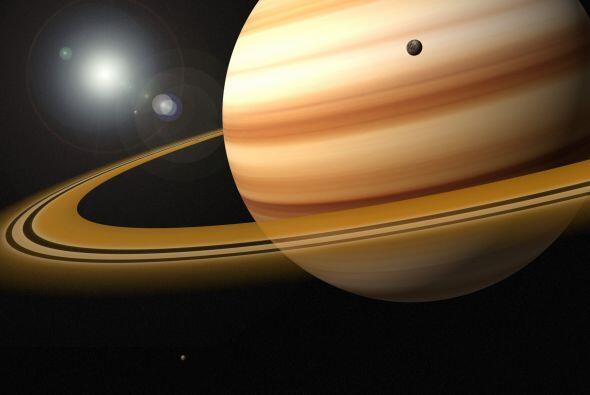 Saturno también cuenta con una gran cantidad de satélites, 61 en total:...