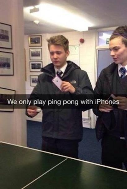 Que tal jugando Pin pong con sus celulares. Lol!
