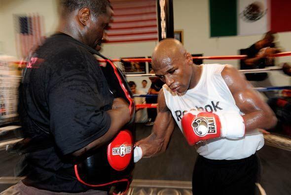 Floyd Mayweather Jr. continúa su preparación para enfrentarse a Sugar Sh...