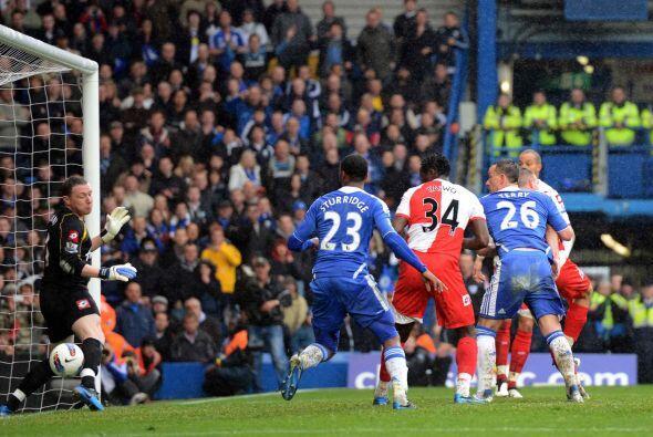 Justo en un tiro de esquina se hizo notar el capitán del Chelsea.