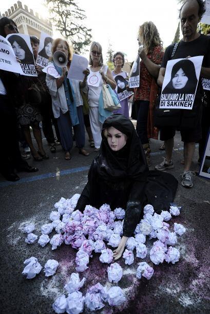 Un grupo de manifestantes italianos colocó un maniquí vestido con un cha...