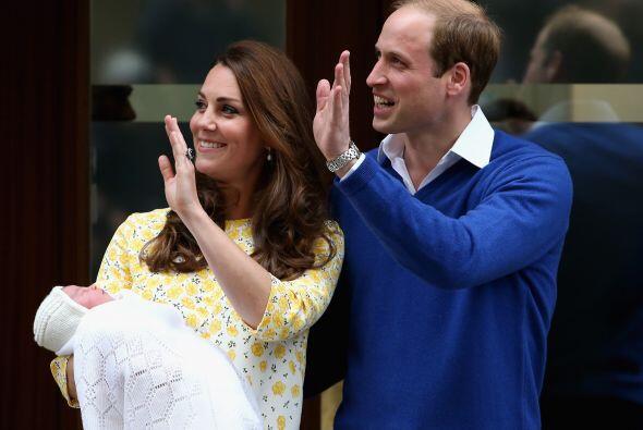 Con su esposo a su lado, Kate llevaba un amplio vestido blanco y amarill...