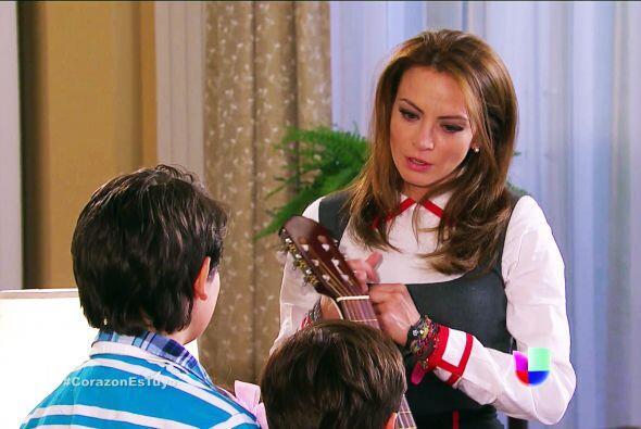 Sí, ¡te compraron una guitarra! Y es igualita a la de tu mamá.