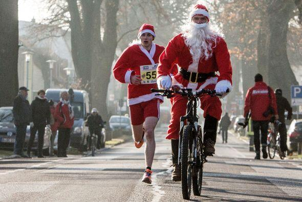 Para ahorrar un poco de energía hasta Santas en bicicletas participaron.