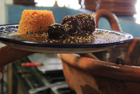Un platillo típico es el mole negro, que se suele servir con arroz. y fr...