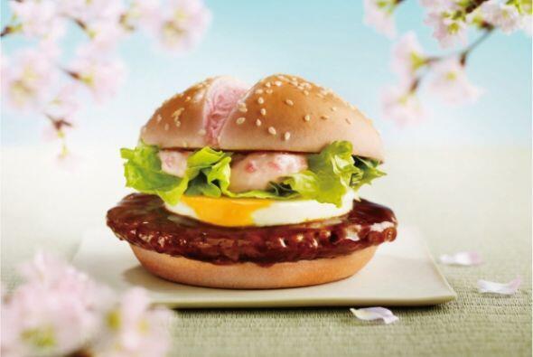 Japón - Sakura Teritama is una hamburguesa de cerdo sasonada con jenjibr...