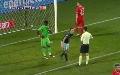 Insólita mano de Viergever acaba en penal en contra del Ajax