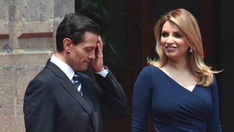 Enrique Pena Nieto gesticula al lado de su esposa Angélica Rivera...
