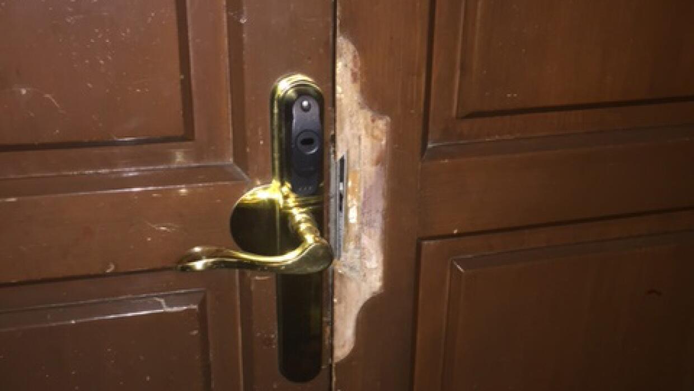 La puerta, iluminada por el flash de la cámara