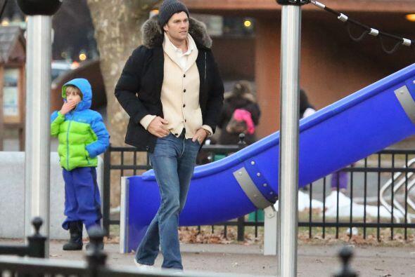 Tom y su hijo luego jugaron en la resbaladilla.  Aquí los videos más chi...