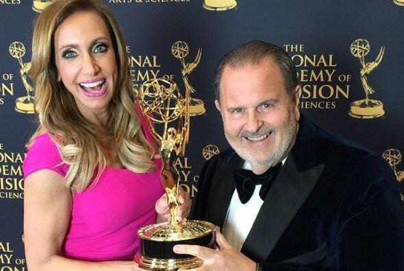 Lili y Raúl posaron con su premio EMMY.
