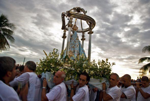 Muchas personas portaron girasoles, pues es la flor que le ofrendan a la...