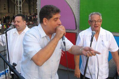 La carroza de Univision 41 fue animada al son de música cubana.