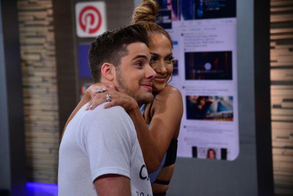 ¡Suertudote! JLo le dio tremendo abrazo para la foto.