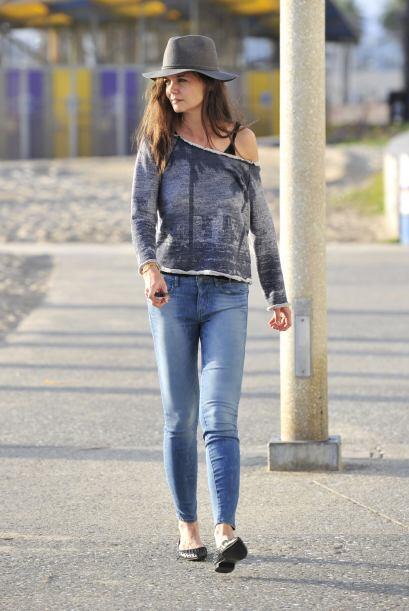 Totalmente relajada se vio Katie Holmes paseando por la calles. Su senci...