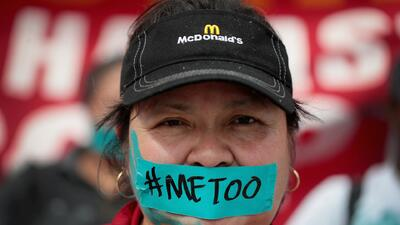 Empleados de McDonald's marchan contra el acoso sexual en Los Ángeles y otras ciudades del país