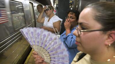 Las altas temperaturas en las estaciones del subway en Nueva York tienen desesperados a los usuarios