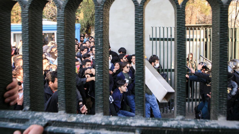 Choques entre estudiantes universitarios y la policía iraní.