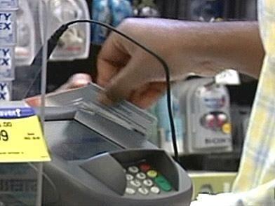 Cuando salgas saca las tarjetas de crédito de tu cartera para evitar eso...