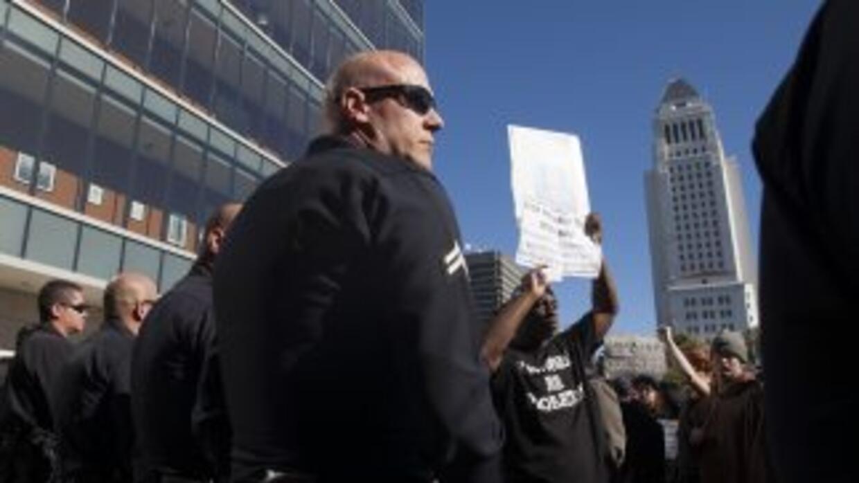 Cientos de personas se manifestaron frente a las oficinas de LAPD en con...