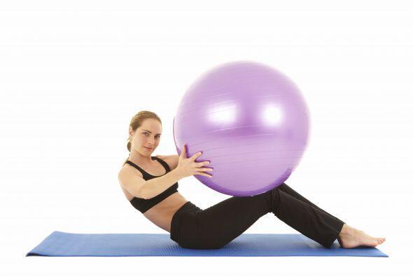 Usa la pelota de pilates para rebajar esa cintura. Siéntate semi flexion...