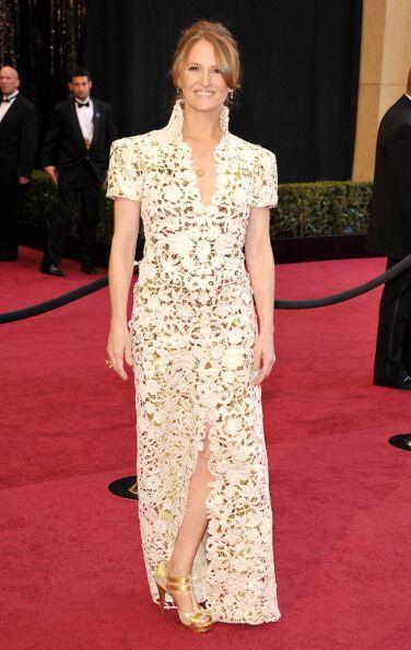 En 2011, Melissa Leo lució un traje de estilo oriental en color blanco,...