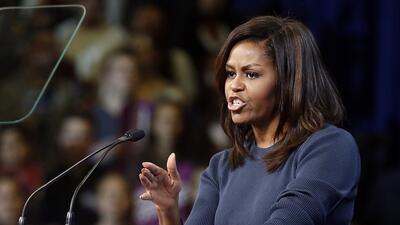 La primera dama Michelle Obama habla durante un acto de campaña para la...