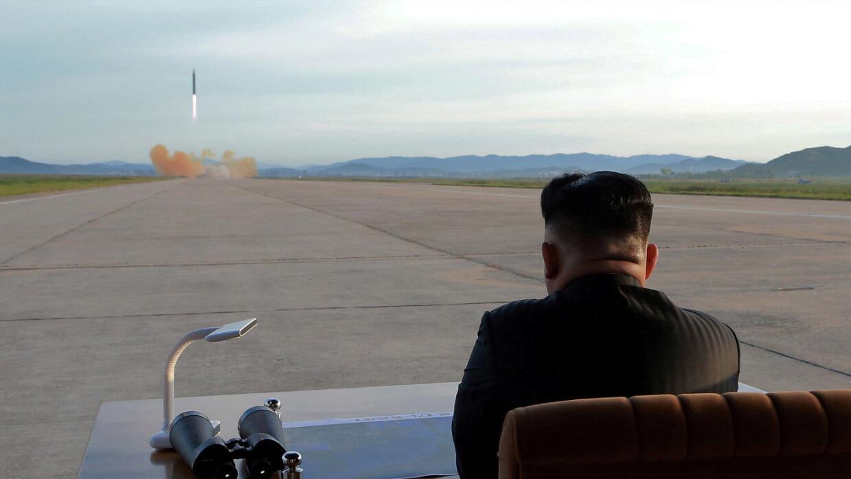 Kim Jong Un observa el lanzamiento de prueba de un misil balístico Hwaso...
