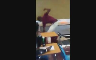 En video: Un estudiante golpea a un profesor hasta derribarlo en pleno s...