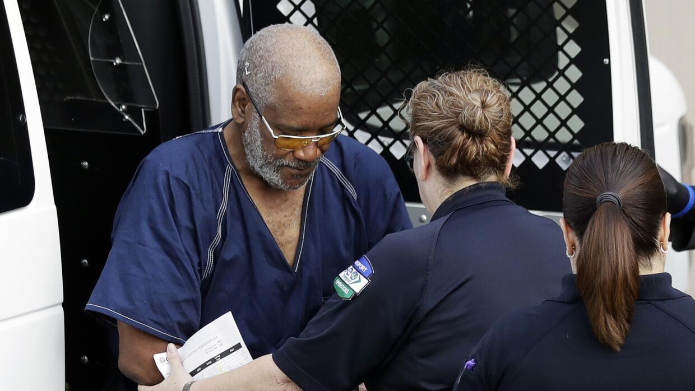 James Mathew Bradley Jr. (izquierda) es escoltado por policías hacia un...