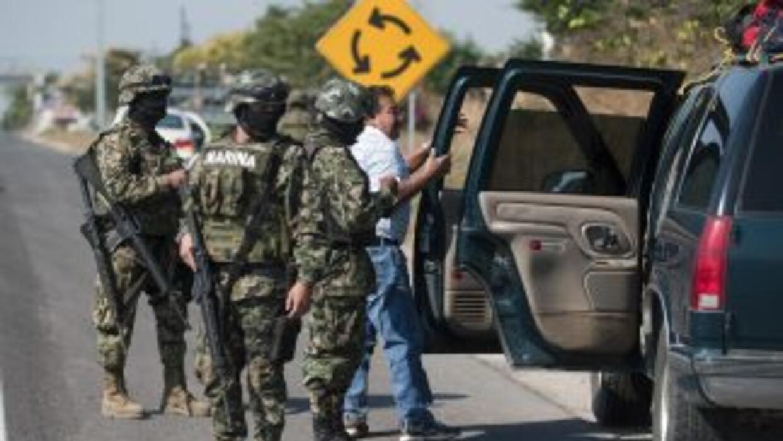 La policía arrestó a 25 integrantes de un cártel de la droga, incluyendo...