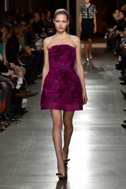 El color morado también estuvo presente en diferentes tonos y este vesti...