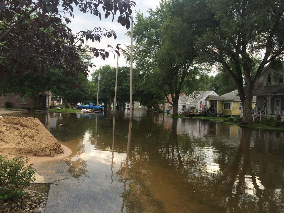 Decenas de familias perdieron todo luego que sus casas y las calles de l...