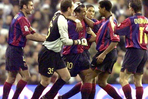 Rivaldo festeja y es abrazado por el capitán Pep Guardiola, entonces jug...