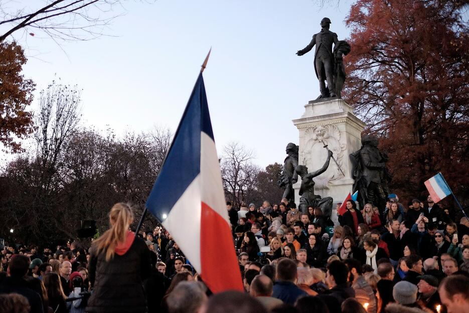 Un grupo frente a la estatua del Marqués de Lafayette, en Washington DC