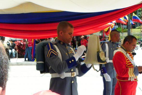 Un militar peinando el cabello de su gorro en preparación a la llegada d...
