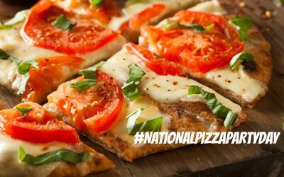 Pizza casera preparada con ingredientes frescos.