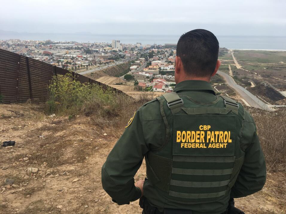 El agente Saúl Rocha observa dos países separados por dos...
