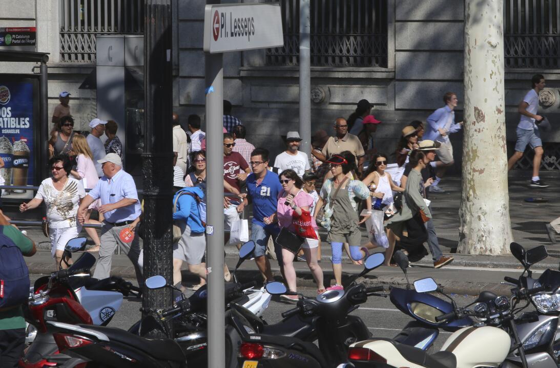 En fotos: El brutal ataque terrorista en la Rambla de Barcelona AP_17229...