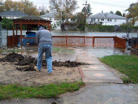 Juan Landron se prepara ante la inminente inundación en su casa.