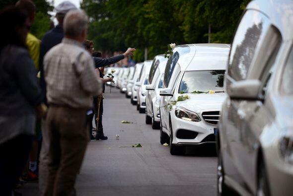 Un total de 16 carrozas fúnebres desfilaron a la entrada del pueblo.