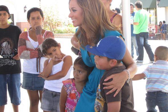 Satcha Pretto de Primer Impacto transmitió dos dias desde la placita Ala...