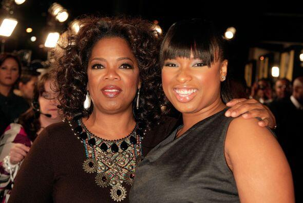 Jennifer Hudson con Oprah en una gala.  Mira aquí los videos más chismosos.