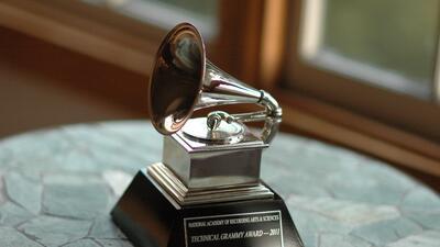 10 usos que los famosos le dan a sus Grammys y no sabías