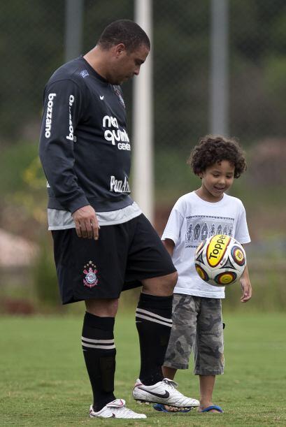 El goleador de todos los mundiales le enseña a su hijo a jugar con el ba...