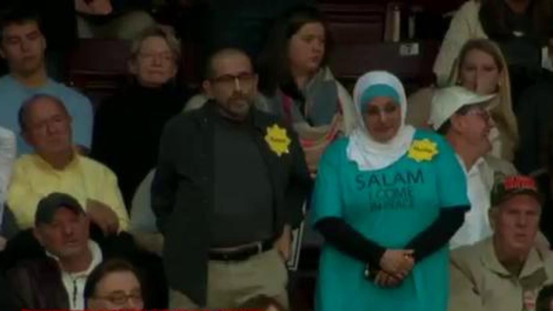 Mujer con velo musulmán en evento de Trump